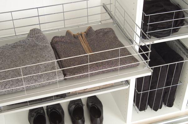 Udtrækshylde til garderobeskab
